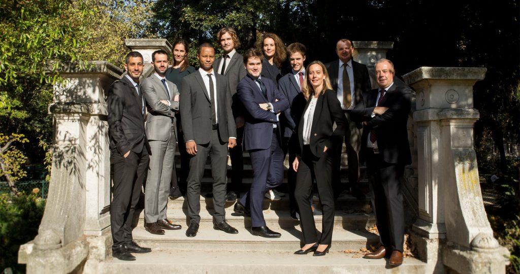 photo de groupe sur le pont du parc monceau